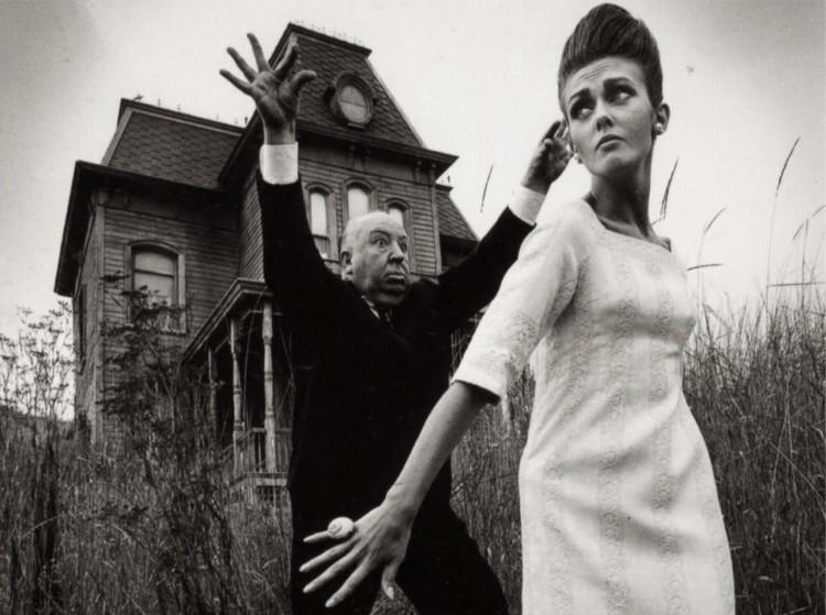 """O cineasta Alfred Hitchcock posa com modelo em frente à casa do filme """"Psicose"""", lançado em 1960. (Foto: Reprodução)"""