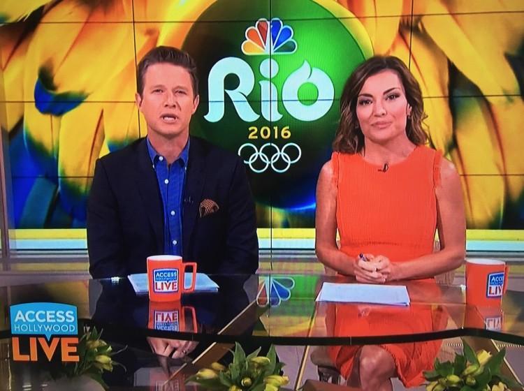 """Os âncoras Billy Bush (primo do ex-presidente americano George W. Bush) e Kit Hoover perguntam sobre as """"notícias terríveis"""" sobre o Brasil no programa """"Access Hollywood Live"""" (Foto: Reprodução)"""