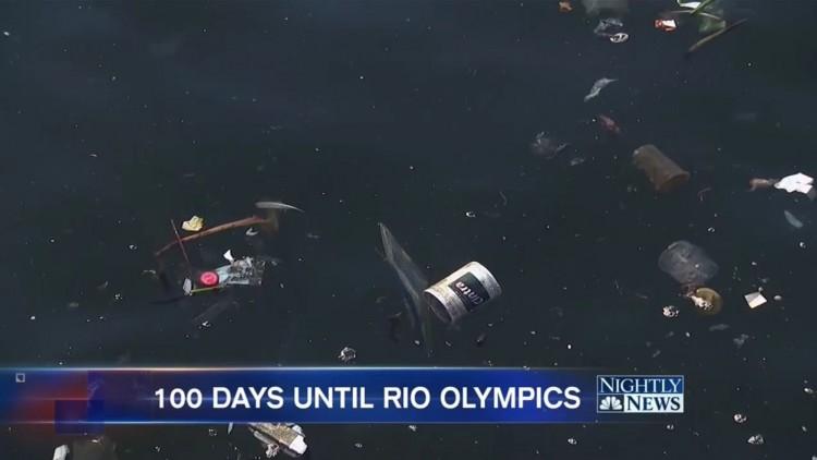 """Images da poluição do mar no Rio fizeram parte da reportagem do noticiário """"Nightly News"""". (Foto: Reprodução)"""