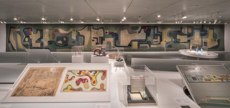 O salão do Jewish Museum com a peça em tapeçaria de 21.35 metros, comissionada pela prefeitura de Santo André, em 1969, ao fundo. (Foto: David Heald)