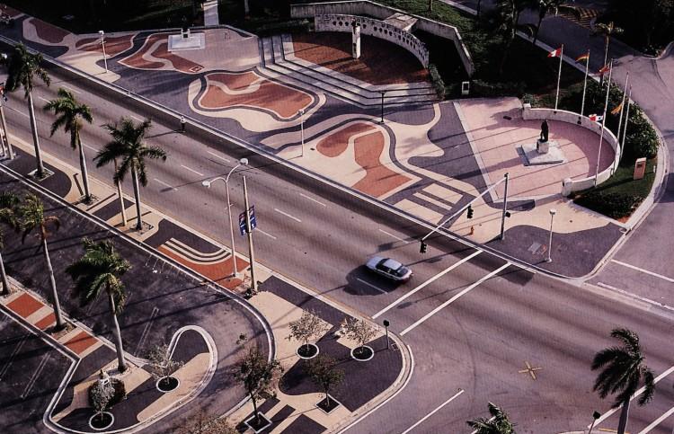 O calçado do Biscayne Boulevard, em Miami Beach, o maior projeto americano do paisagista. (Foto: Burle Marx Landscape Design Studio, Rio de Janeiro)