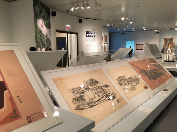 Parte do salão do Jewish Museum, com desenhos de parques não realizados em Washington D.C. e Miami em primeiro plano. (Foto: Marcelo Bernardes)