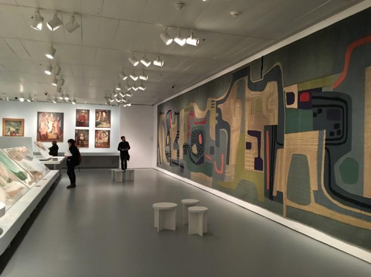 Parte da tapeçaria criada por Burle Marx para a prefeitura de Santo André; ao fundo quadros do paisagista inspirados por Henri Matisse e Cândido Potinari. (Foto: Marcelo Bernardes)