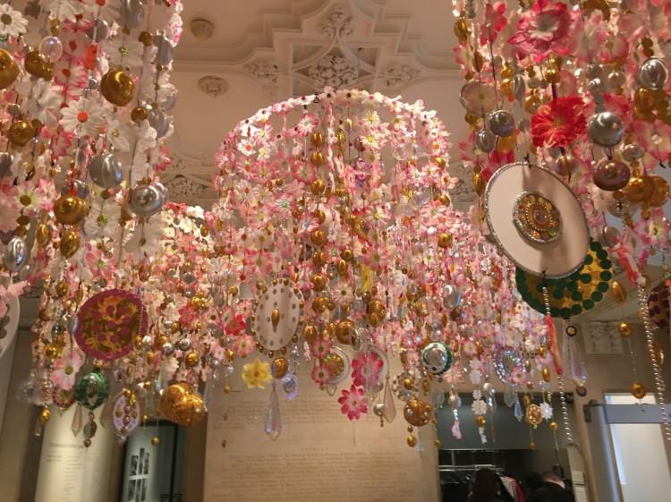 """Instalação suspensa """"Gamboa"""", da artista carioca Beatriz Milhazes, no lobby do Jewish Museum. (Foto: Marcelo Bernardes)"""