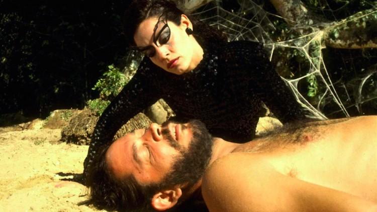 """Sonia Braga e Raul Julia em cena de """"O Beijo da Muher Aranha"""", de Héctor Babenco (Foto: Reprodução)"""