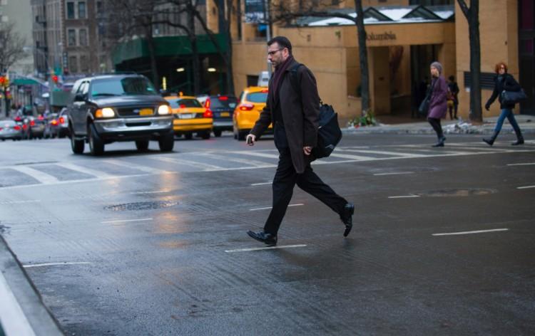 Atravessar a rua fora da faixa de segurança rende multa de ate US$ 150 em NY. (Foto: Reprodução)