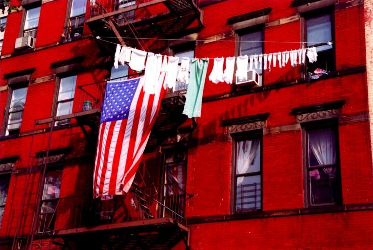 Varal de roupas na sacada dos prédio de NY: só com permissão da prefeitura. (Foto: Reprodução)