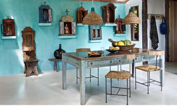 Detalhe da sala de jantar, com coleção de oratórios brasileiros. (Foto: Reprodução)