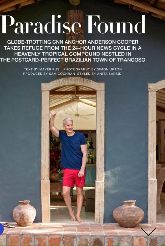 Anderson Cooper, sem esquecer as Havaianas, na frente da propriedade. (Foto: Reprodução)