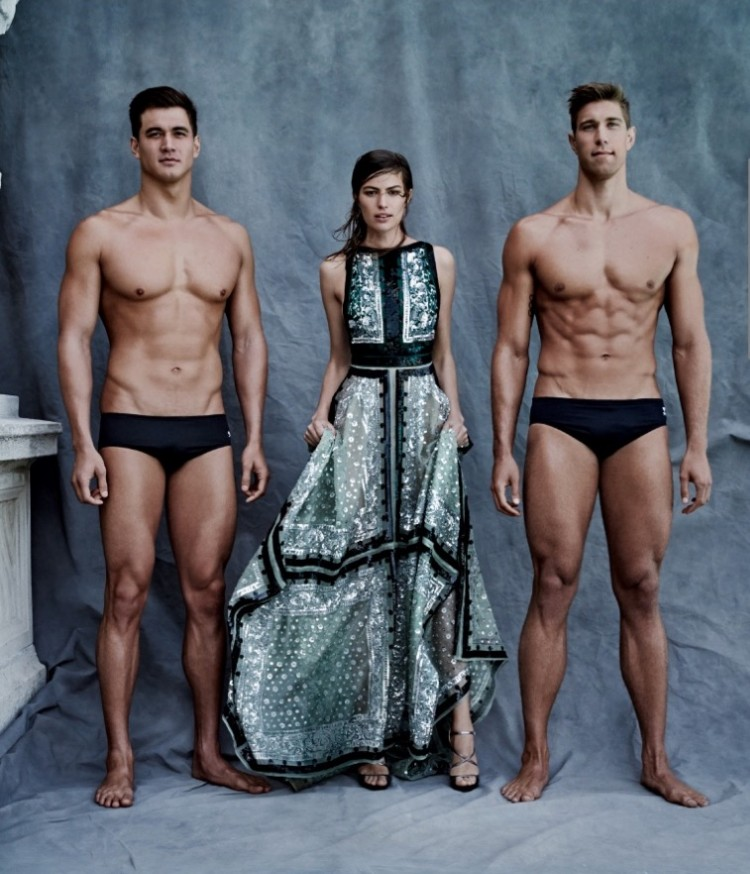 A modelo americana Cameron Russell com os nadadores Nathan Adrian e Matt Greeves,  que já ganharam respectivamente 3 e 4 medalhas olímpicas de ouro. (Foto: Patrick Demarchelier/Vogue)