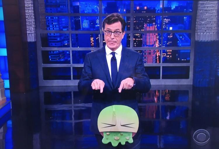 """O apresentador Stephen Colbert apresenta o emoji do vômito """"que representa o nadadar olímpico"""" no Rio (Foto: Reprodução)"""