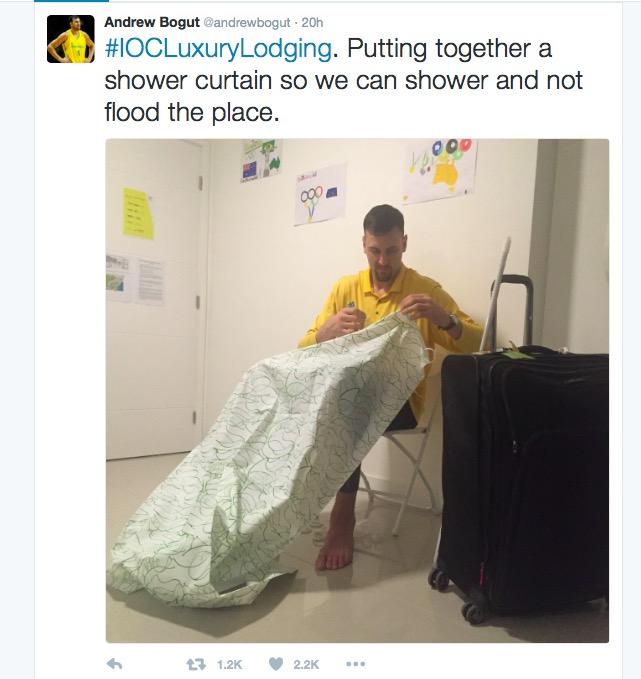 Em tuíte, o jogador de basquete australiano Andrew Bogut mostra falhas nas instalações da Vila Olímpica. (Foto: Reprodução)