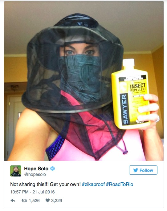 Hope Solo veste parafernália de protecão contra mordidas de mosquito em foto que ela postou no Instagram. Foto: Reprodução)