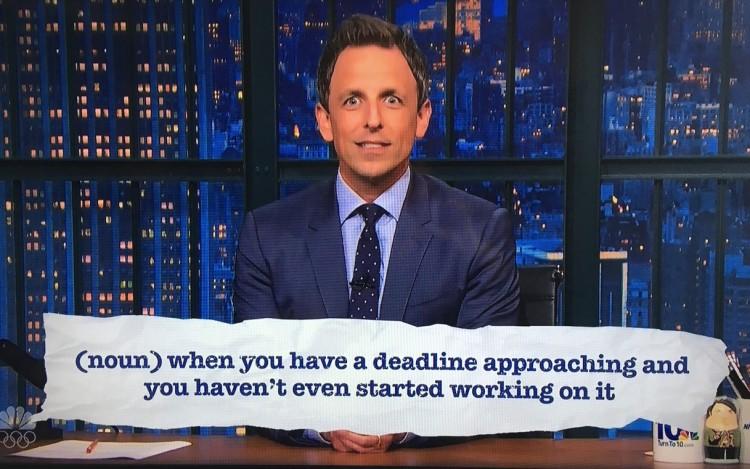 """O apresentador Seth Meyers, do """"Late Show, da rede NBC, explica o que significa a nova gíria """"olimpíadas do Rio"""". (Foto: Reprodução)"""