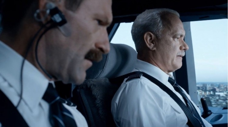"""Eckhart e Hanks em cena de """"Sully"""", após revoada de gansos destruir os motores da aeronave. (Foto: Divulgação)"""