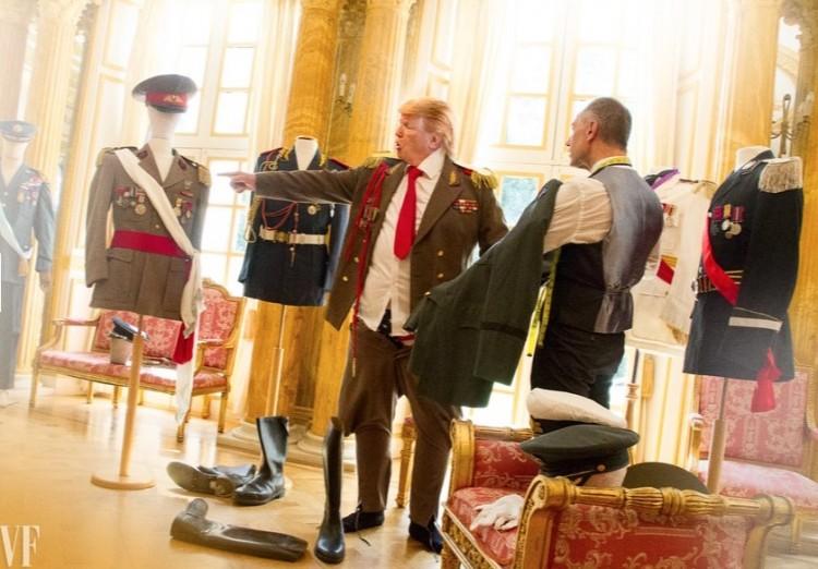 Experimentando coleção de ternos militares. (Foto: Reprodução)