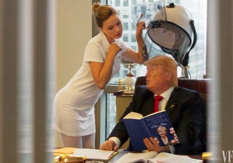 Fazendo o cabelo e folheando o livro escrito pela oponente Hillary Clinton. (Foto: Reprodução)