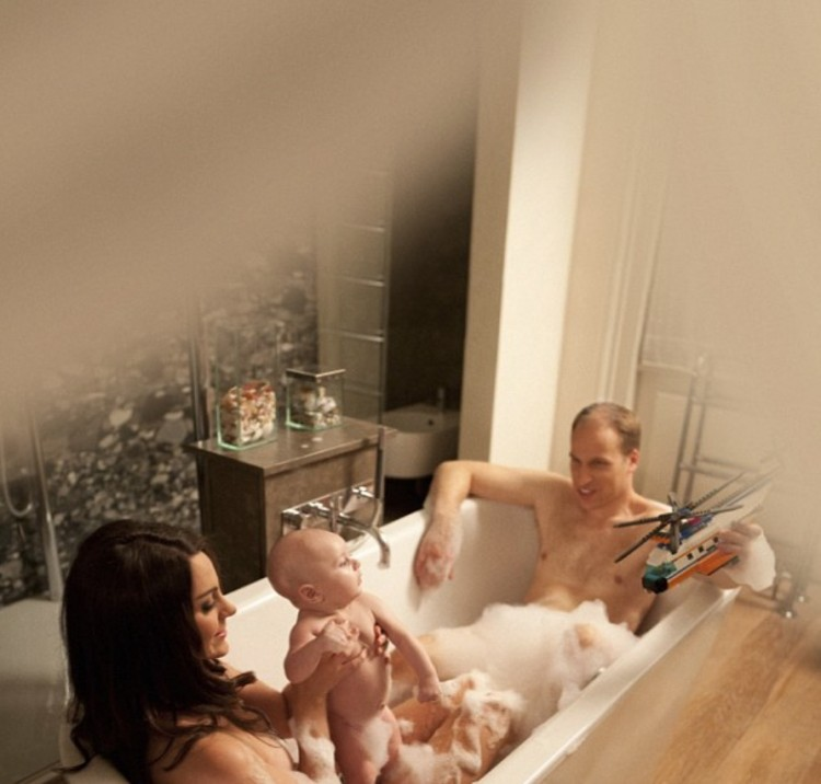Uma das criações famosas da fotógrafa: o casal Kate Middleton e o príncipe William tomam banho com o filho George. (Foto: Reprodução)