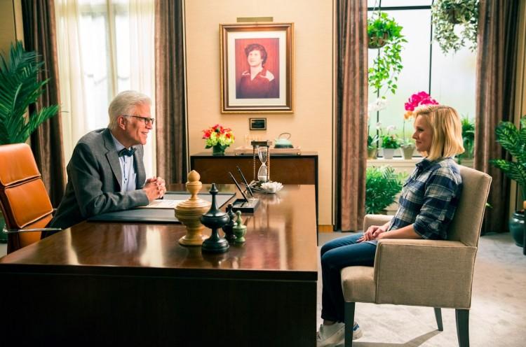 "Em ""The Good Place"", Ted Danson explica a Kristen Bell como funciona a vida pós-morte. (Foto: Justin Lubin/NBC)"