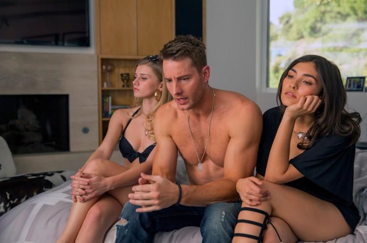 Nem duas strippers conseguem alegar o galã de sitcom Kevin (Justin Hartley ) no dia de seu aniversário. (Foto: Ron Batzdorff/NBC)
