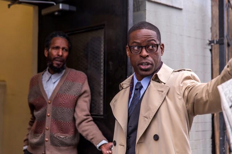 Randall (de óculos) consegue localizar o paradeiro do pai que o abandonara na porta do corpo de bombeiros quando era recém-nascido. (Foto: Ron Batzdorff/NBC)