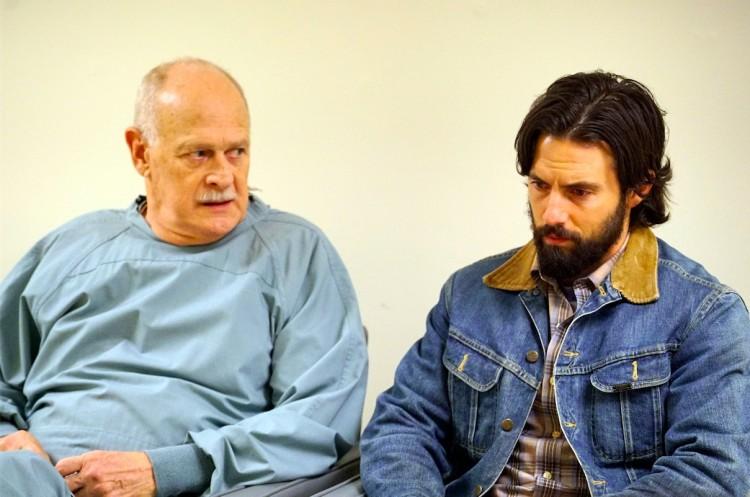 Milo Ventimiglia, de barba, é reconfortado pelo médico (Gerald McRaney) depois de uma cesariana de risco da mulher (Mandy Moore), grávida de trigêmeos. (Foto: Paul Drinkwater/NBC)