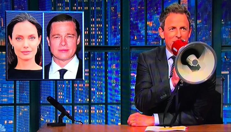 O apresentador Seth Meyers usa o megafone para fazer piada sobre o casal Brangelina. (Foto: Reprodução)