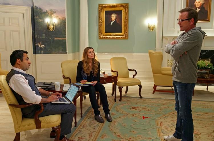 Kirkman (Sutherland) e a mulher (McElhone) com o redator de discursos Seth Wright (Kal Penn) em uma das salas da Casa Branca. (Foto: /ABC)
