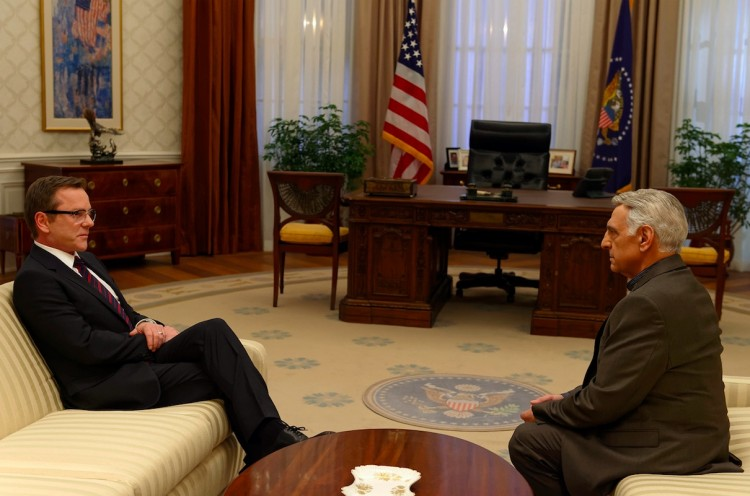 O presidente Kirkman (Sutherland) vira Jack Bauer e enfrenta o embaixador do Irã no salão oval da Casa Branca. (Foto: Ben Mark Holzberg/ABC)