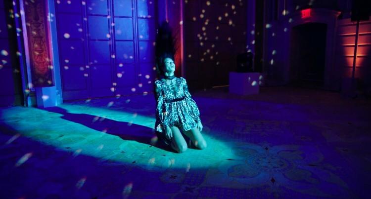 Adriana Lima usando Marc Jacobs no video. (Foto: Reprodução)