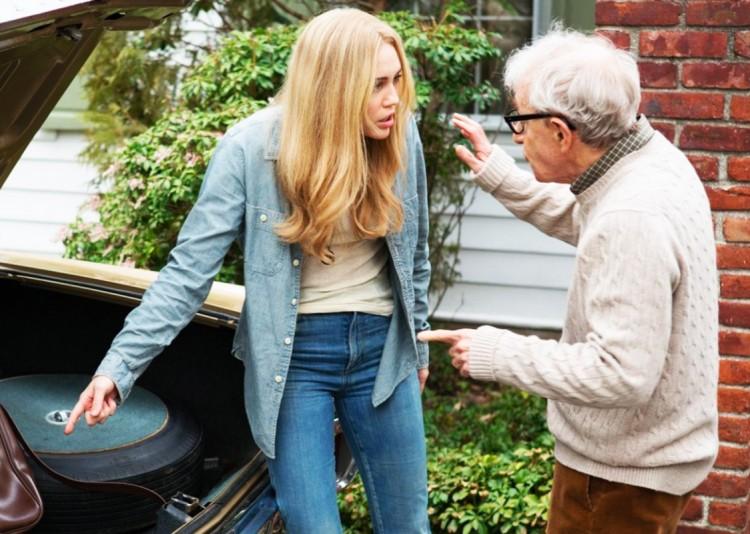 """Em """"Crisis"""", Allen ajuda a militante interpreta por Miley Cyrus fugir para Cuba. (Foto: Reprodução)"""