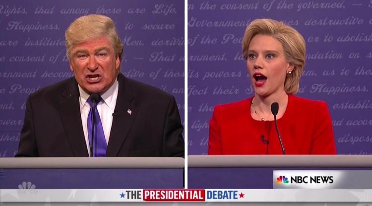 Ao fazer comentários sobre negros, Trump (Alec Baldwin) deixa Hillary de queixo caído. (Foto: Reprodução)