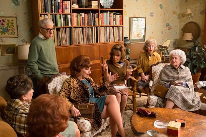 Woody Alllen com Elaine May (de taça na mão) e as yentas do clube de leitura. (Foto: Reprodução)