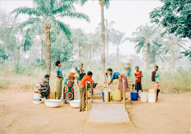 Esta fonte de água limpa na Nigéria abastece vilarejo de 800 pessoas. (Foto: Mustafah Abdulaziz)