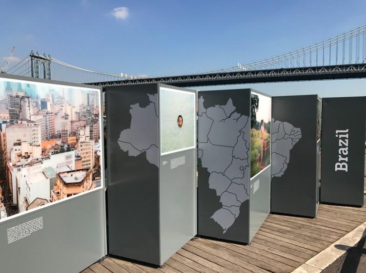 A seção Brasil da exposição, com a Manhattan Bridge ao fundo. (Foto: Marcelo Bernardes)