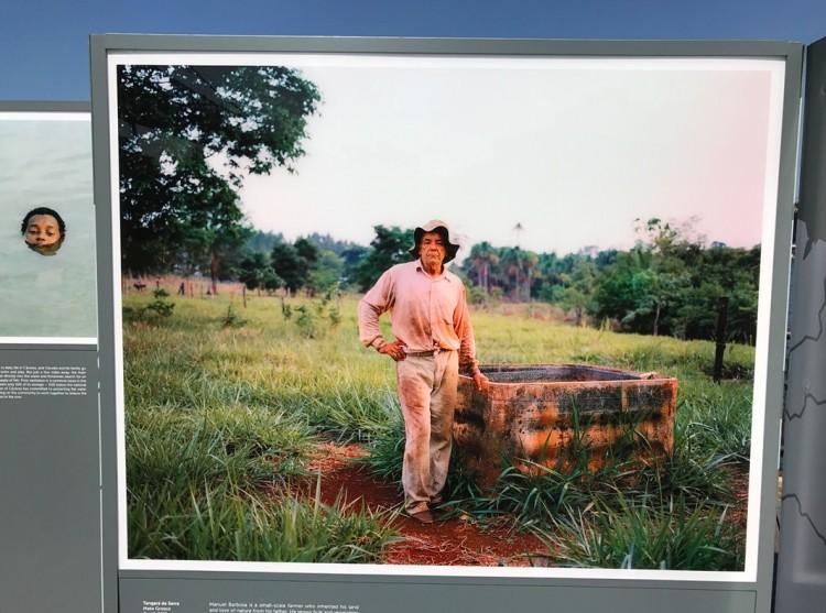 Detalhe da seção Brasil: imagem do fazendeiro Manuel Barbosa, em Tangará da Serra Mato Grosso; ao fundo um garoto nada nas águas do Rio Paraguai. (Foto: Marcelo Bernardes)