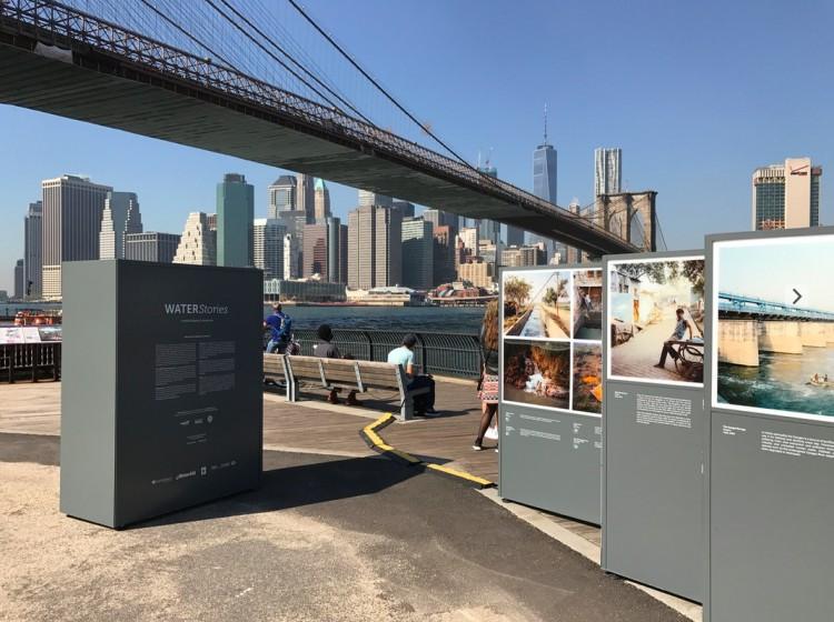 """A exposição """"Water Stories"""" fica ao pé da Brooklyn Bridge. (Foto: Marcelo Bernardes)"""