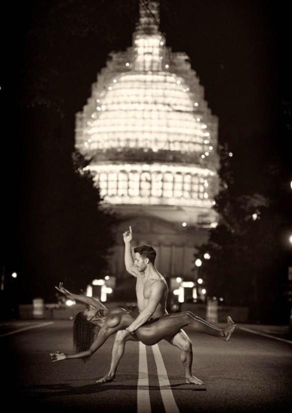 Dupla na frente de um Capitólio que passava por reformas, em Washington D.C. (Foto: Reprodução)