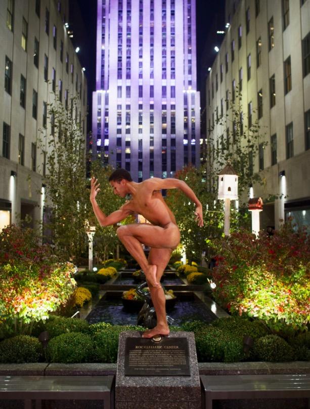 O bailarino Harper Watters, do Balé de Houston, na frente do Rockfeller Center, em NY. (Foto: Reprodução)