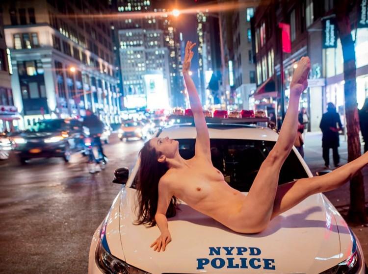 Em plena hora do rush, bailarina aproveita folga da polícia e sobe no capô de uma viatura no bairro do Chelsea, em NY. (Foto: Reprodução)