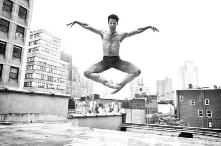 O bailarino brasileiro Marcelo Gomes fotografado no telhado de seu estúdio, em TriBeCa (Foto: Gavin Bond/Out)