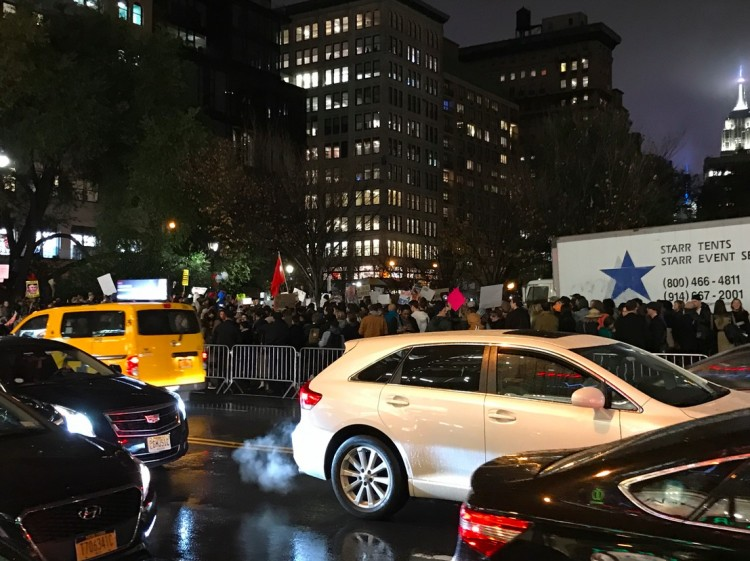 Na Union Square, a polícia isolou os manifestantes, evitando que eles tomem as ruas. (Foto: Marcelo Bernardes)