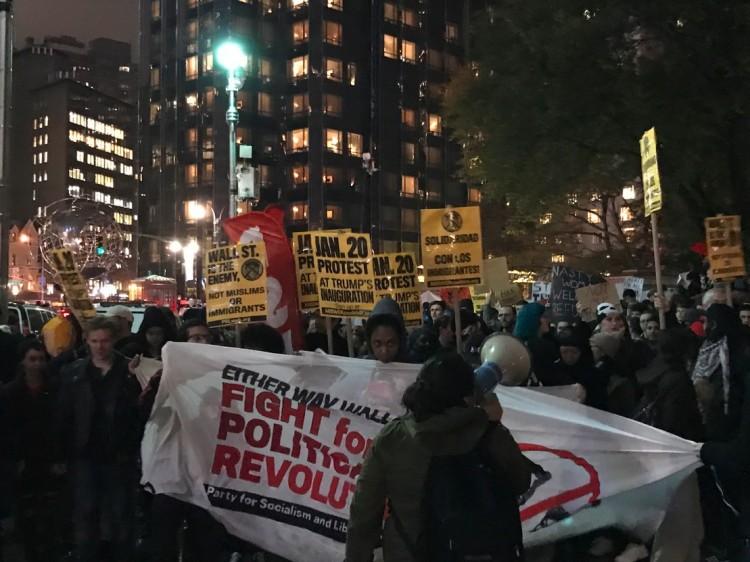 Manifestação na entrada sul do Central Park, com o hotel Trump Tower ao fundo. (Foto: Marcelo Bernardes)