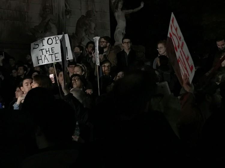 """""""Basta com o ódio"""", diz faixa de manifestante na entrada do Central Park. (Foto: Marcelo Bernardes)"""