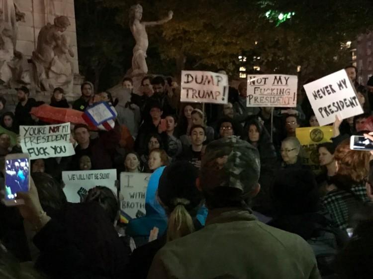 """""""Joque Trump no lixo""""; """"Foda-se"""" e """"Não é meu presidente"""" são as frases dos cartazes de vários manifestantes. (Foto: Marcelo Bernardes)"""