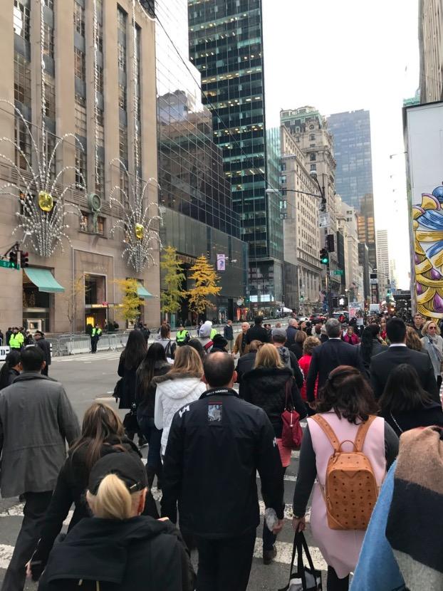 Barricada policial na frente da Tifanny's (a esq.) faz com que a loja, que fica encostada a Trump Tower, cancelasse evento de lançamento de sua vitrine de natal. (Foto: Marcelo Bernardes)