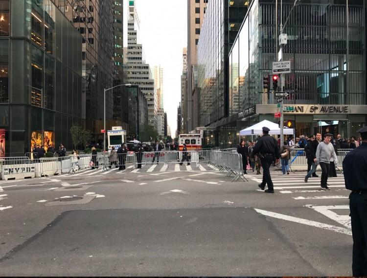 Quarteirão da rua 56, entre Quinta e Sexta avenidas, foi fechado pelo Serviço Secreto. (Foto: Marcelo Bernardes)