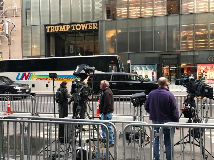 Grifes de luxo como a Gucci, do lado da Trump Tower, estão às moscas desde a eleição presidencial. (Foto: Marcelo Bernardes)