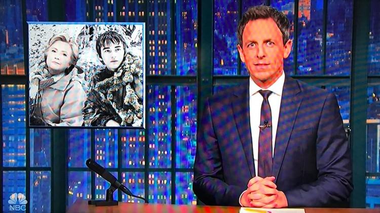 """O apresentador Seth Meyers zombou que Hillary, segundo lugar na votação da """"Time"""", agora está vivendo """"no fundo da floresta com Bran Stark"""". (Foto: Reprodução)"""