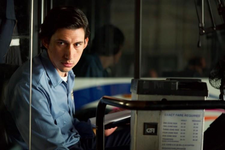 """Adam Driver, que interpreta um motorista de ônibus e poeta em """"Paterson"""", novo filme de Jim Jarmusch, aparece ao lado de Sonia Braga em lista das 25 melhores performances do ano, segundo a revista """"Rolling Stone"""". (Foto: Divulgação)"""